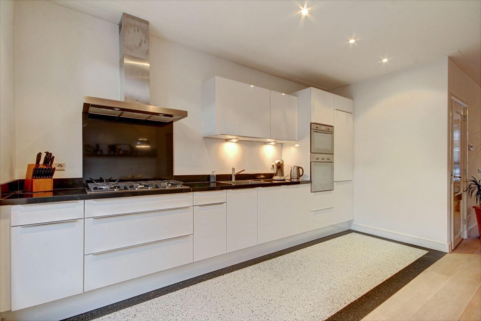 Strakke moderne keuken met terrazzo vloer in jaren 30 woning in haarlem - Kleur verf moderne keuken ...