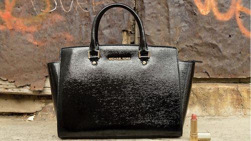 ¿Sabes cómo identificar una bolsa Michael Kors original  ¡Sigue estos 5  pasos! Michael Kors, bolsa, purse, handbag, original, imitación, guía,  espejo, ... d3acfbc59e