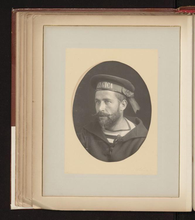 Dit album werd samengesteld kort voor de afreis van de Belgica in Antwerpen: het bevat een foto van het expeditieschip en 18 portretfoto's van de bemanningsleden, met handtekeningen van De Gerlache, zijn officieren en de meereizende wetenschappers. Voorlopig is alleen dit exemplaar van het album bekend.