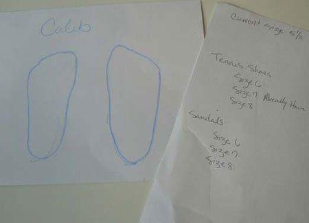 Vẽ cỡ chân của trẻ lên giấy để không phải đưa chúng đi mua giày cùng bạn.