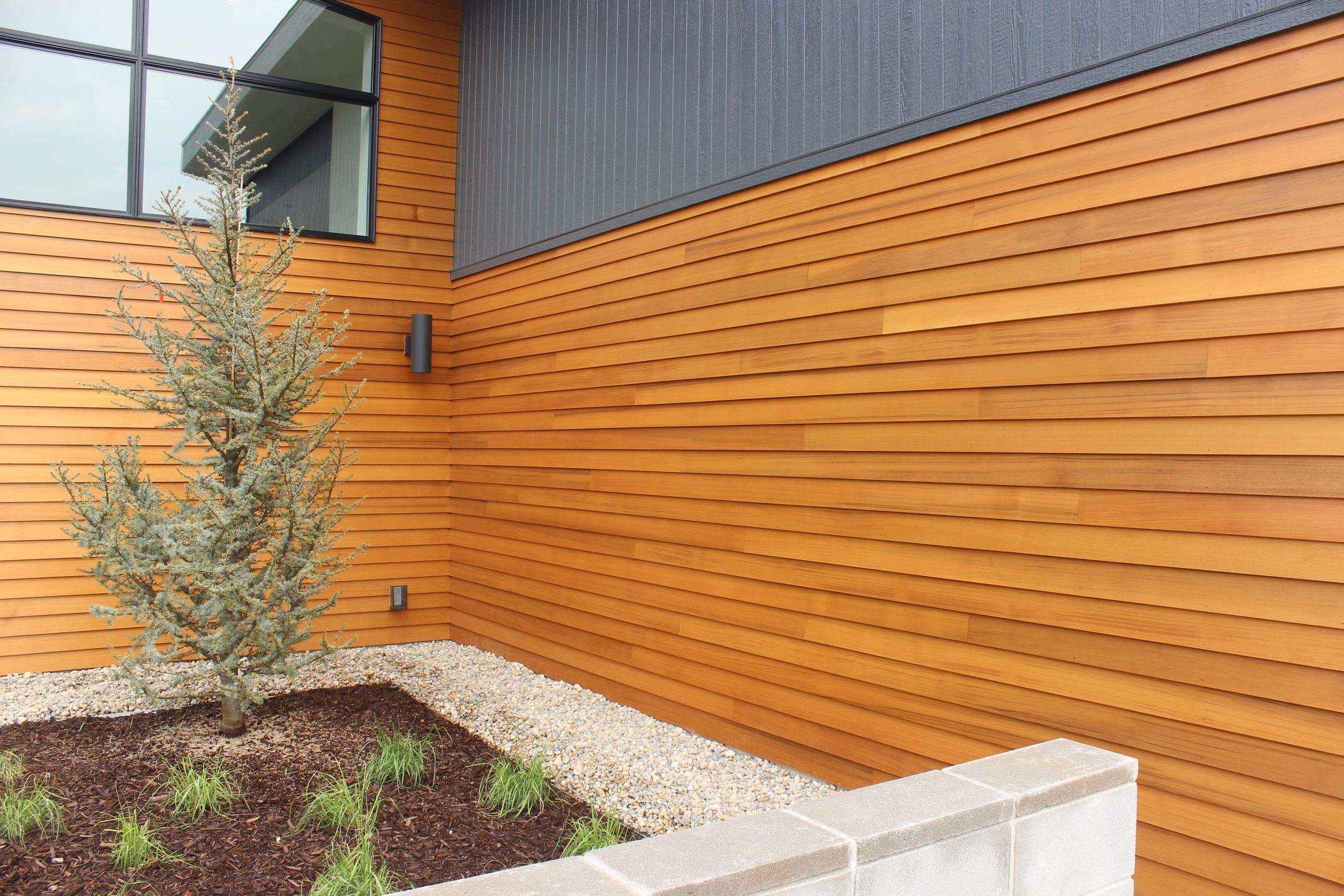 We Cannot Seem To Shake Our Love For Wood Shake Siding At Legacy We Know Our Clients Enjoy Aesthetics Almost As Much As We D Hausfassade Holzverkleidung Haus