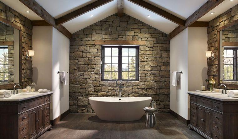 Bagno Legno Rustico : Ampio bagno in stile rustico con mobili in legno vasca bianca e
