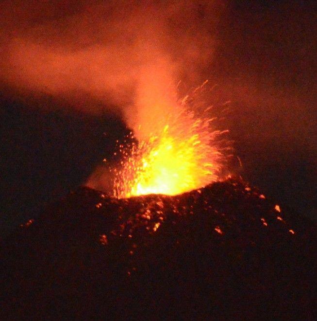 Nuova eruzione dell'Etna, che in serata ha tinto il cielo di rosso con sbocchi di lava dal cratere di Sud Est. Nelle ultime ore era stato osservato un graduale aumento nell'intensità dell'attività stromboliana con sbuffi pulsanti di vapore senza emissione di cenere vulcanica. L'attivit