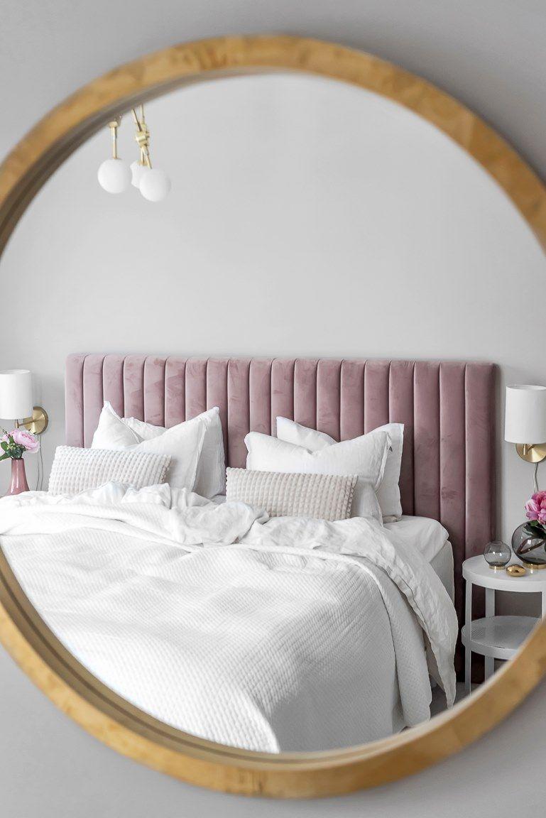 Un canapé en velours noir dans un appartement rose  Canapé