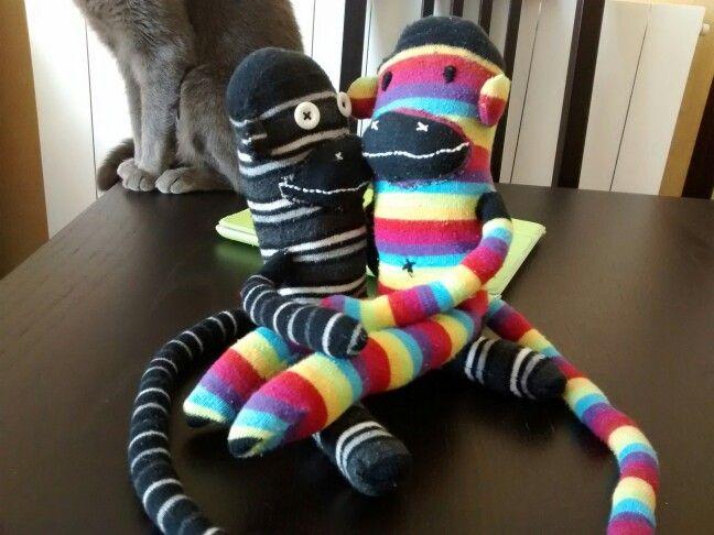 Monos con calcetines