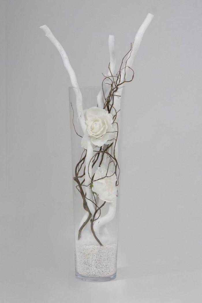 Heb je een lege lange glazen vaas, en je weet niet wat ermee te doen,. Vul hem met witte stammen, witte rozen en naturel decoratietakken, en je heb een mooie vaas, makkelijk in onderhoud. Dit alles verkrijgbaar op webshop decoratietakken. #bodenvasedekorieren
