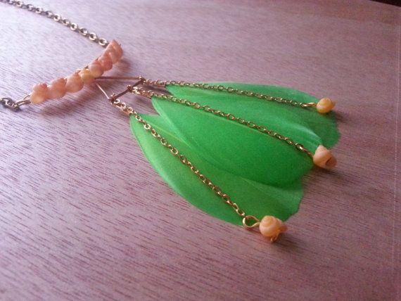 Retrouvez cet article dans ma boutique Etsy https://www.etsy.com/fr/listing/454374744/sautoir-long-collier-or-plumes-vertes