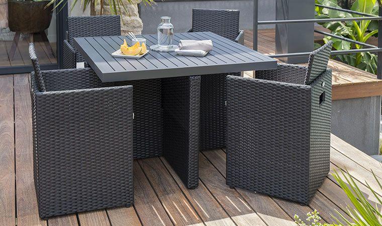 Composé d\'une table carrée et de 4 fauteuils, cet ensemble ...