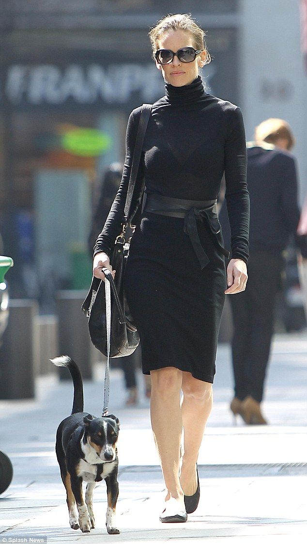 4768ca920a947 Hilary Swank depicts a true Parisian chic dressed in all black in the  French capital. Absolutely fierce!