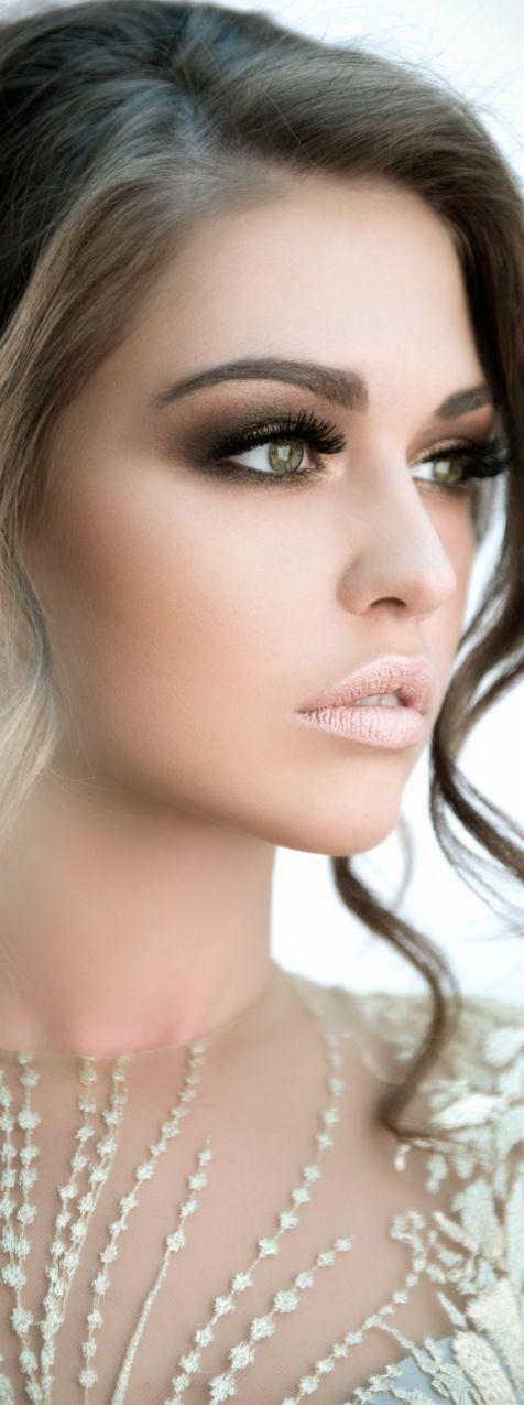 Maquillaje para novias efecto ahumado en tonos marrones y con un toque de rosa muy claro en los labios. #maquillajenovia #bridalmakeup