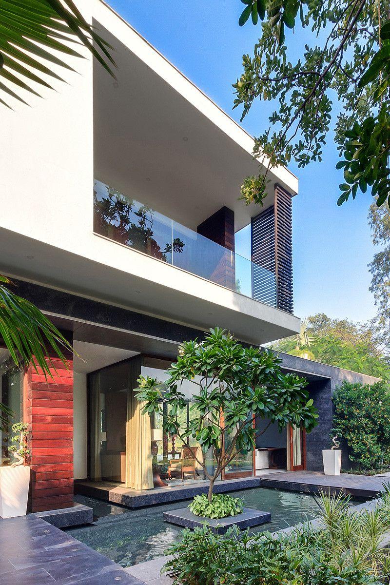 Dieses Haus War Entworfen Um Den Swimmingpool Zu Wickeln House Landscape Modern House Exterior Landscaping Around House