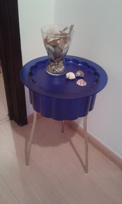 15 €: Vendo esta mesa de apoio muito versátil, tem estado guardada numa arrecadação e nunca foi usada, nova a estrear! Peça de design em plástico azul e pernas em aço cromado.  Tem várias utilidades.Segu...