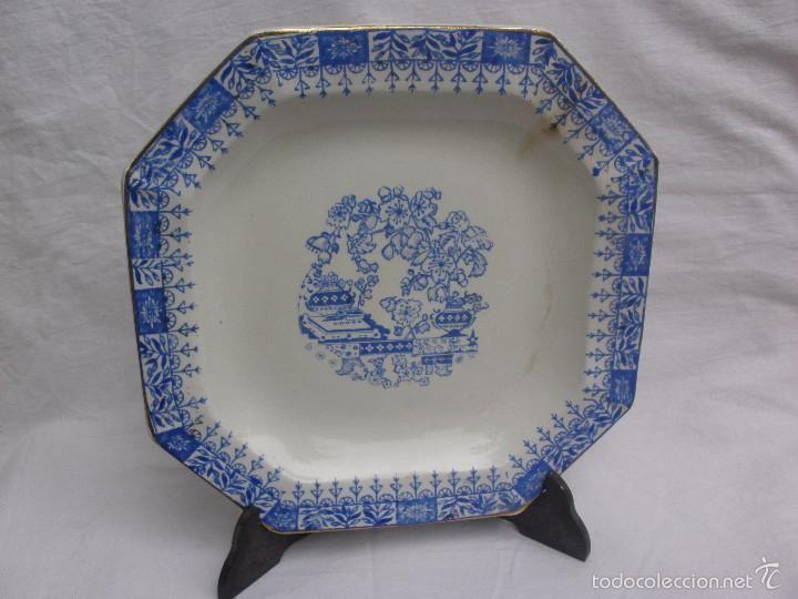Plato o fuente ochavada de porcelana San Claudio en blanco y azul de colección