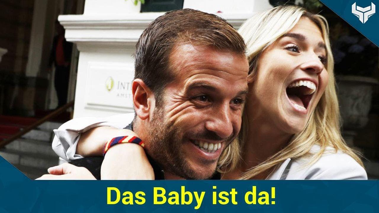 Überraschung: Rafael van der Vaart ist wieder Papa geworden! Seine Liebste Estavana Polman soll Medienberichten zufolge ein kleines Mädchen zur Welt gebracht haben. Es hört auf den klangvollen Namen Jesslynn.   Source: http://ift.tt/2sMaTcK  Subscribe: http://ift.tt/2rAEkzU Baby ist da! Rafael van der Vaart im Papa-Glück