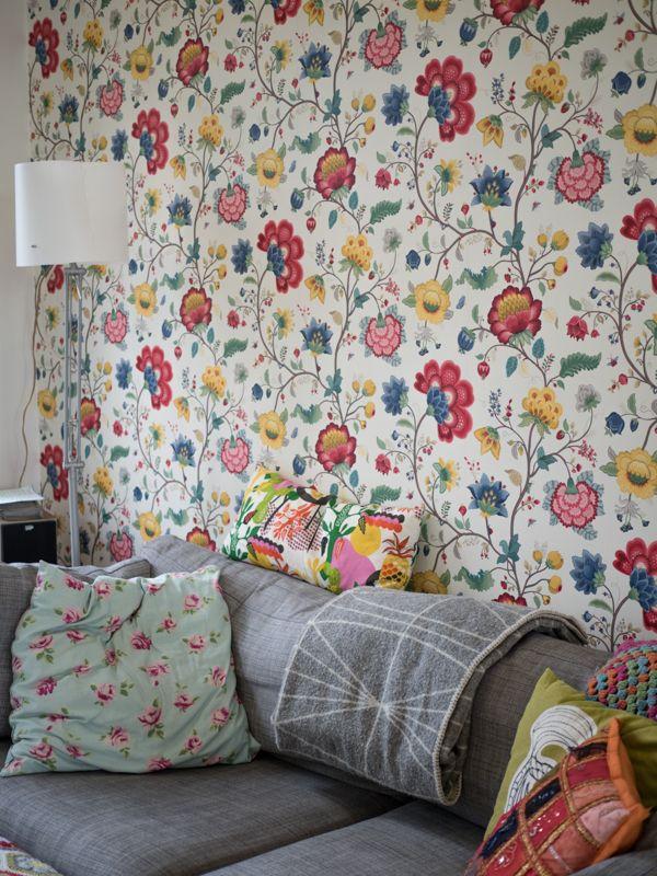 Flowers on the living room wall. / Kukkakuosi sopii olohuoneeseen. www.valaistusblogi.fi