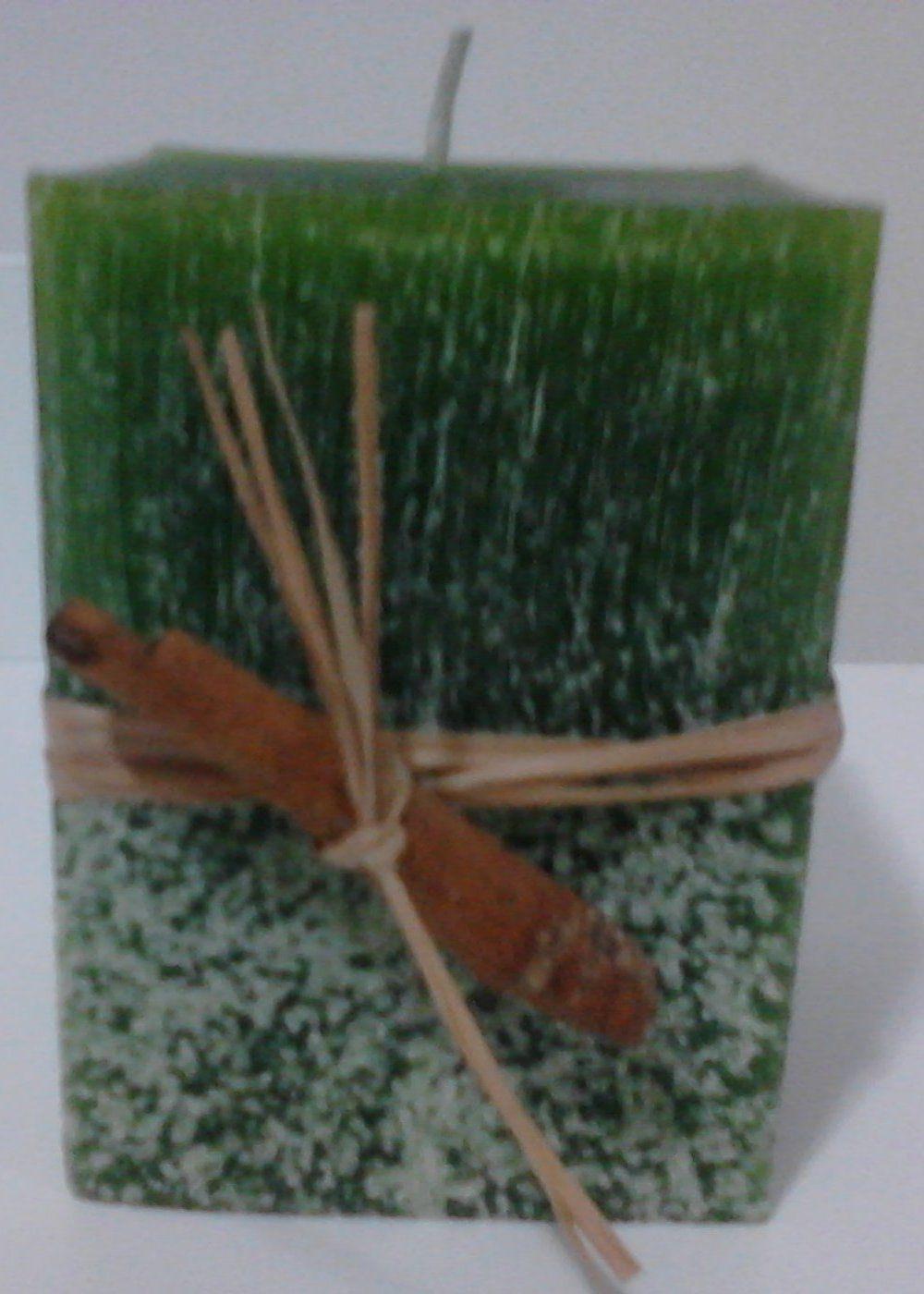 Vela retangular verde com aroma de alfazema.