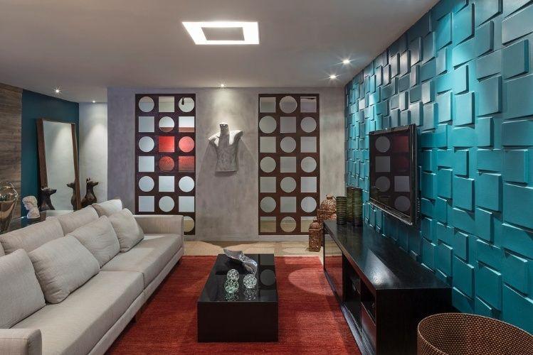 A Sala de TV, assinada por Túlio Gomes e Rose Yane, tem uma das paredes revestidas por placas geométricas e com volumetria. Em contraponto, há no espaço dois painéis encaixados a uma segunda parede (ao fundo), que - também geométricos - compõem com vazios e garantem certa fluidez ao espaço. A mostra Morar Mais por Menos Brasília