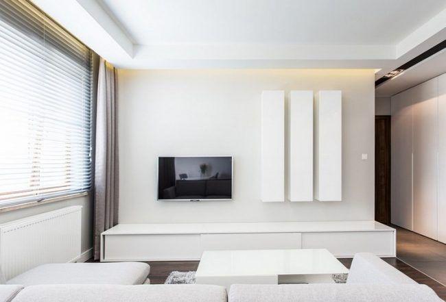 fernseher-wand-montieren-wohnzimmer-minimalistisch-weisse-schranke, Wohnzimmer dekoo