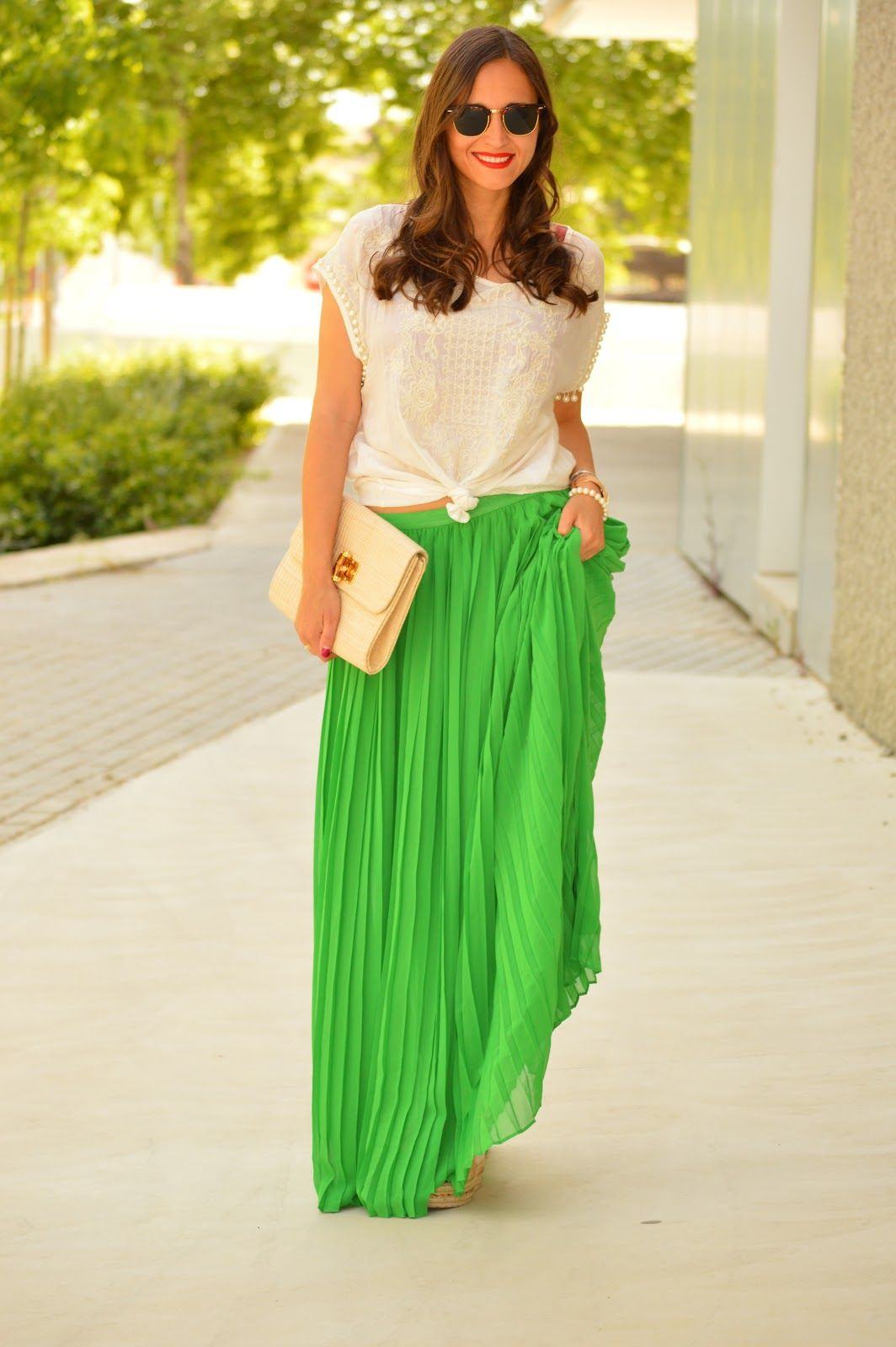 1000 MANERAS DE VESTIR: Fancy skirt. White floral embroidery pearl top+green pleated maxi skirt+camel and gold wedges+ivory clutch+sunglasses. Summer Casual Outfit 2017