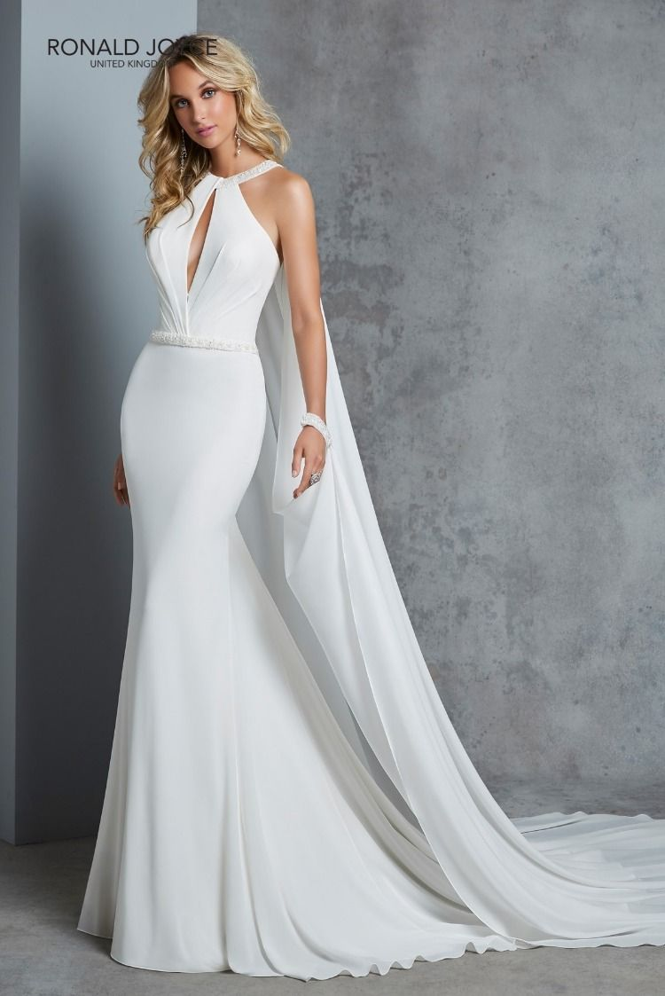 a219082582 Elegáns, de ugyanakkor modern, fiatalos dzsörzé esküvői ruha egyedi  mellkivágással. A ruha különlegessége a lecsatólható, nyakpánttal  összedolgozott uszály.