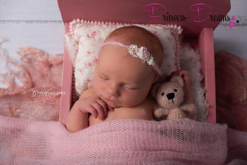 Kleine Prinzessin Wunderschones Haarbandchen Perfekt Fur Taufe Hochzeit Feierlichkeiten Oder Fur Das Erste Shooting Zum Ers In 2020 Baby Face Amigurumi Baby