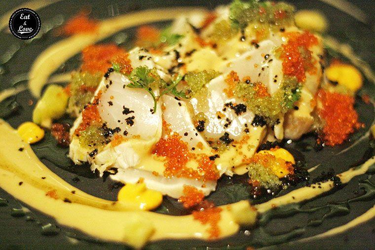 carpaccio de pez mantequilla con olivada, tomate seco y brotes tiernos en restaurante neotaberna Charlie Champagne