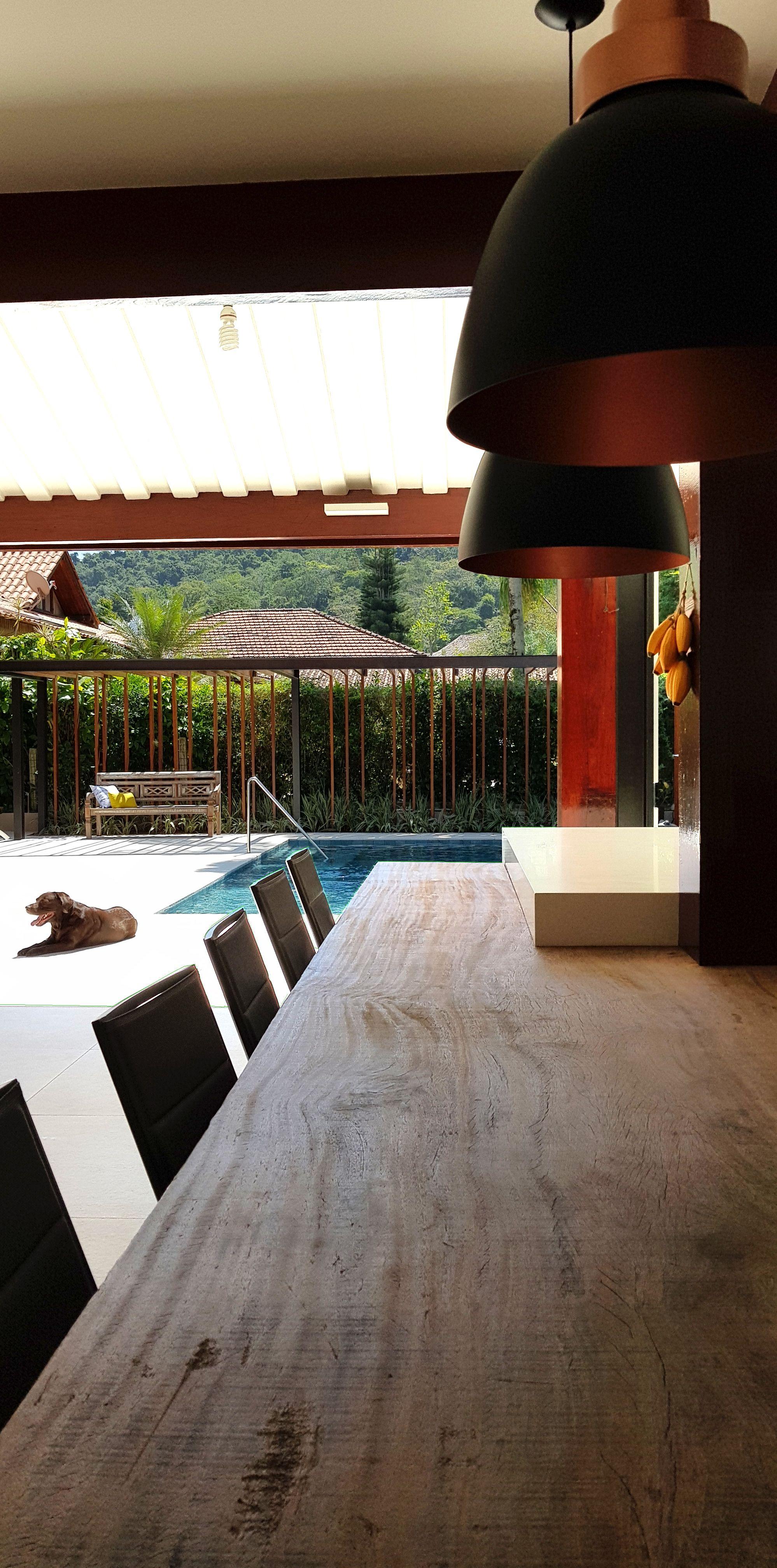 Paula martins arquitetura interiores e detalhamento área de lazer piscina e cozinha gourmet destaque para o tampo inteiro em madeira