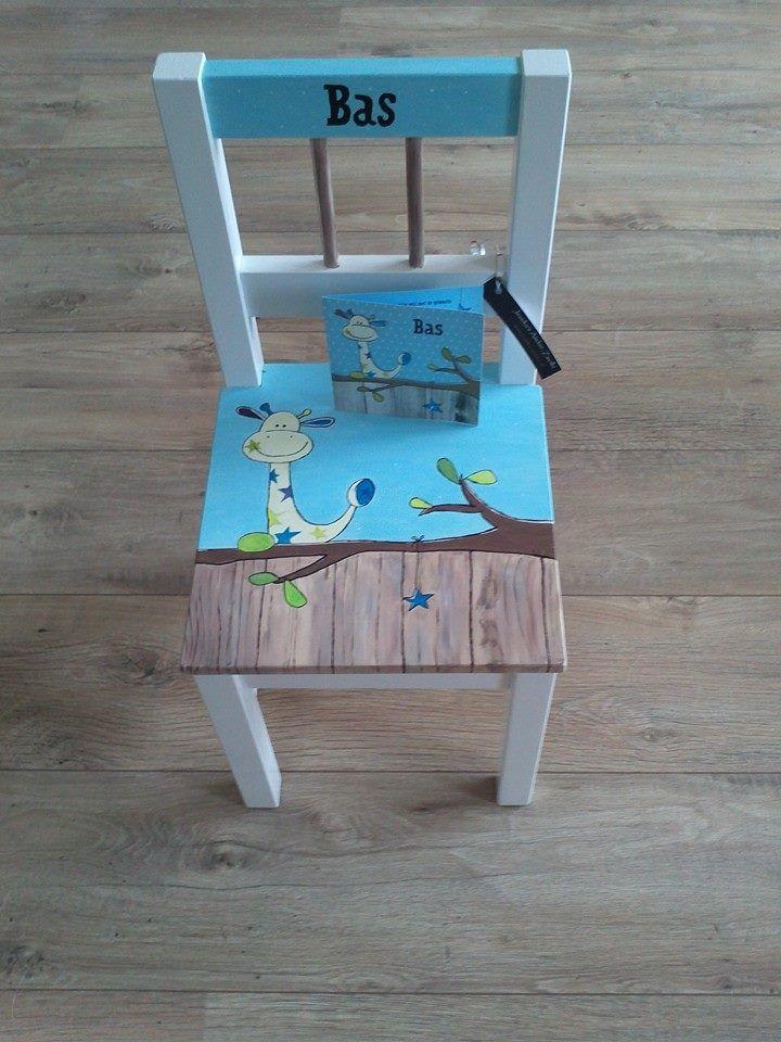 deze kinderstoel geboortestoel heb ik beschilderd in de On geboortekaartje op stoel