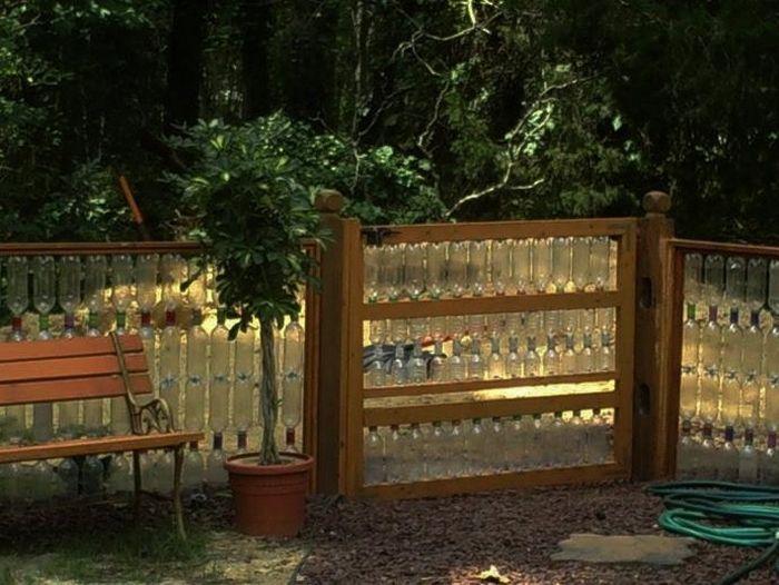 Креативна утилізація: дачний паркан з пластикових пляшок