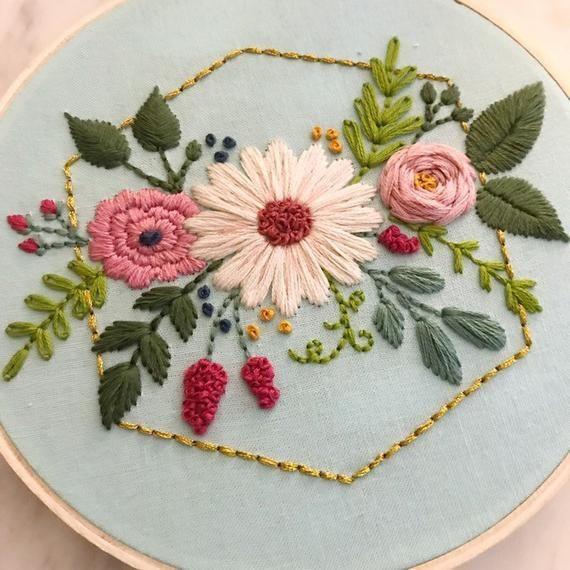Arte del bordado/arte del aro floral en fondo azul/bordado a mano/arte de la pared/decoración del hogar cosido a mano