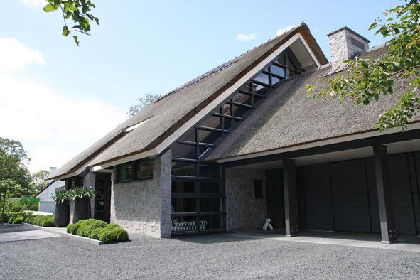 Moderne rietgedekte villa met bijgebouw en zwembad projecten