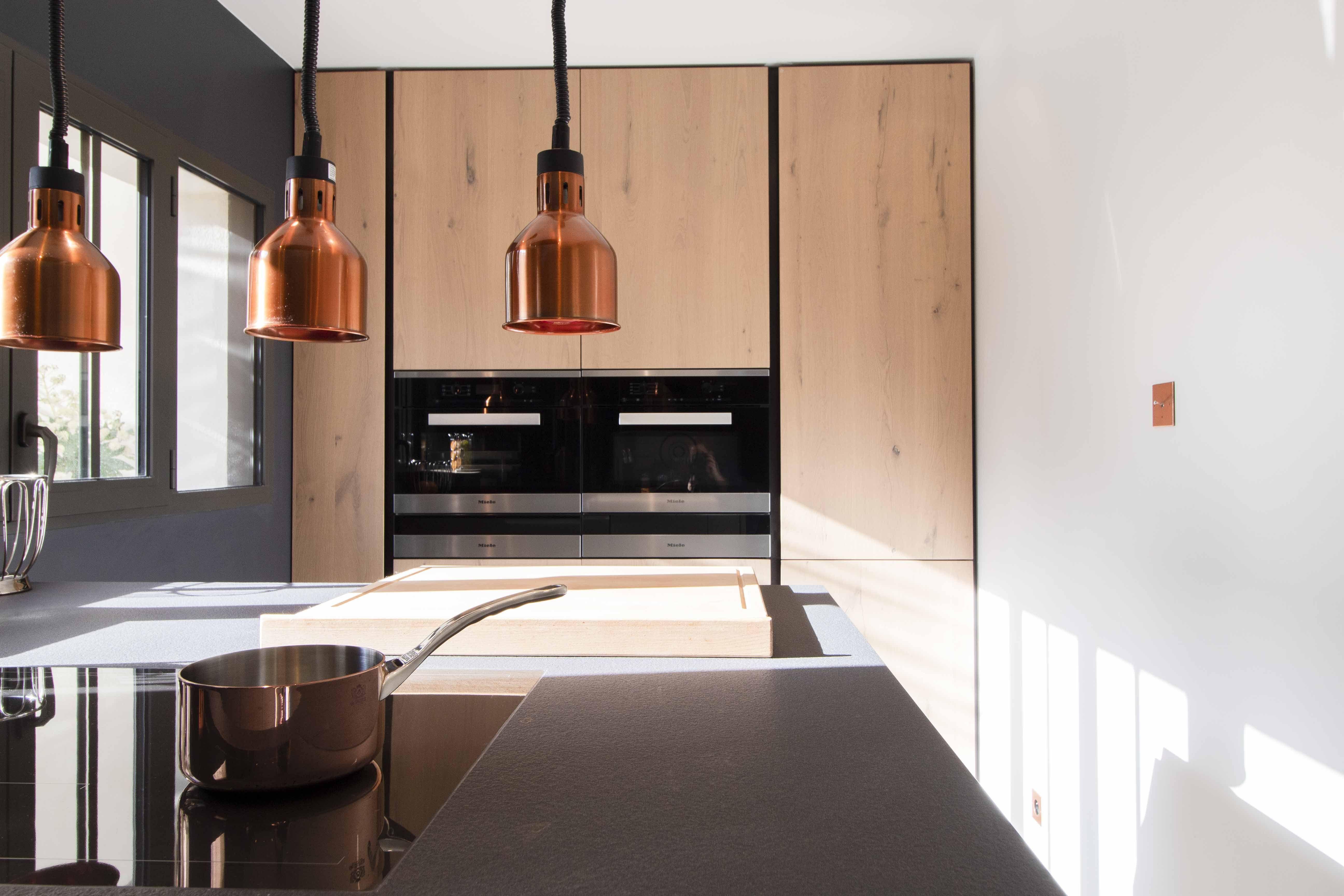 Architecte Interieur La Rochelle cuisine bois laque et cuivre - architecture et décoration d