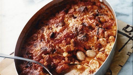 Sätt ugnen på 200°C.   Fräs vitlök i olivolja i en kastrull utan att det tar färg. Lägg i rosmarin och tomater och koka ihop 10 minuter. Smaka av med salt, socker och peppar. Lägg i bönor och mozzarellaost och häll i en gratängform. Grädda i ugnen ca 15 minuter.