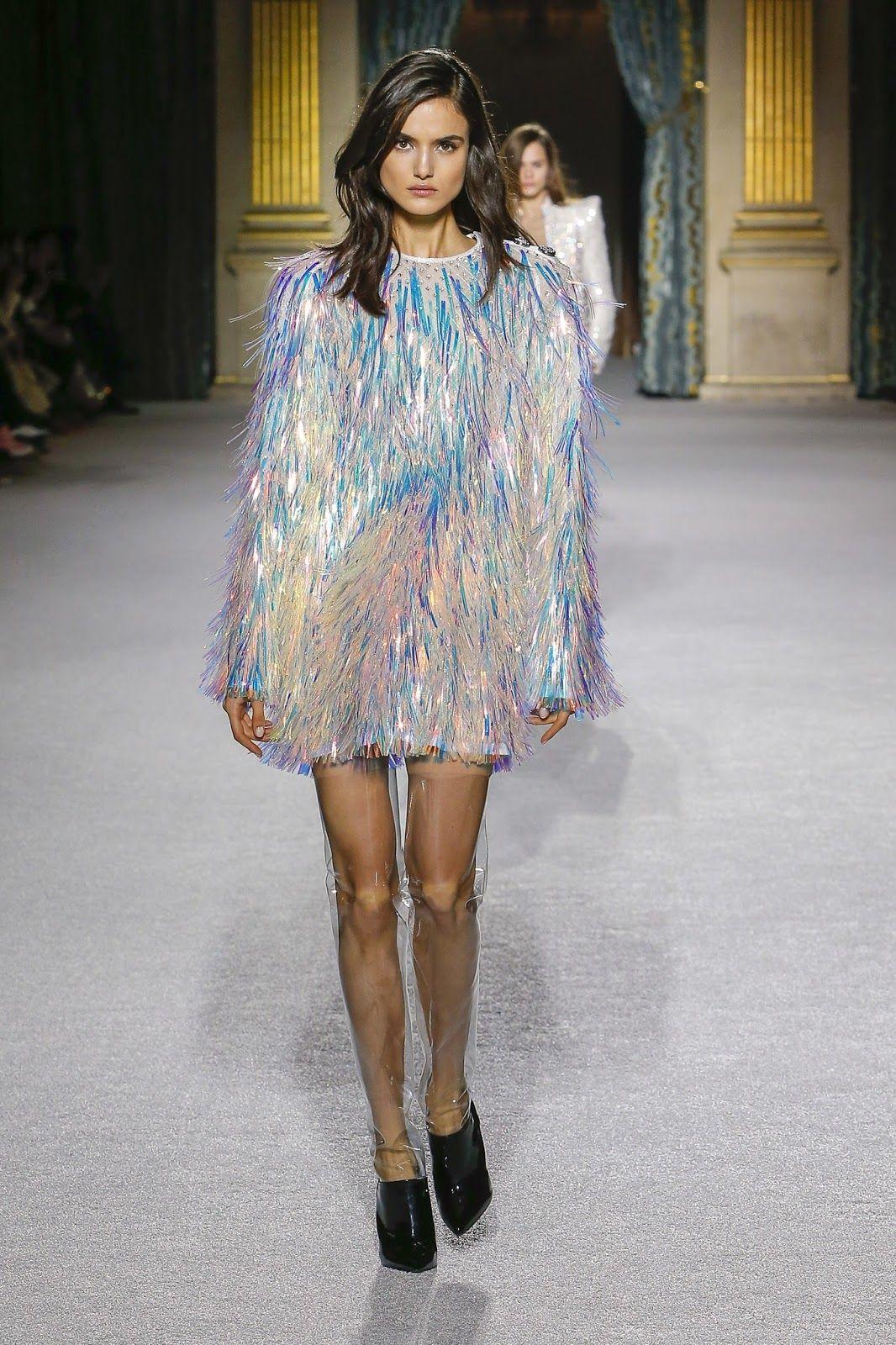 8a8b9187d7383 Destaques  Paris Fashion Week Fall 2018. Blamain, Blanca Padilla, vestido  com franjas de plástico holográficas, ankle boot preta