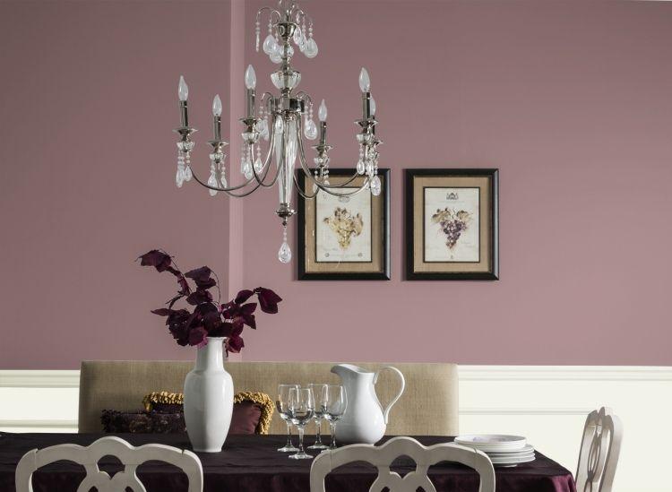 elegantes Esszimmer in Altrosa und Weiß mit Kristall Kronleuchter