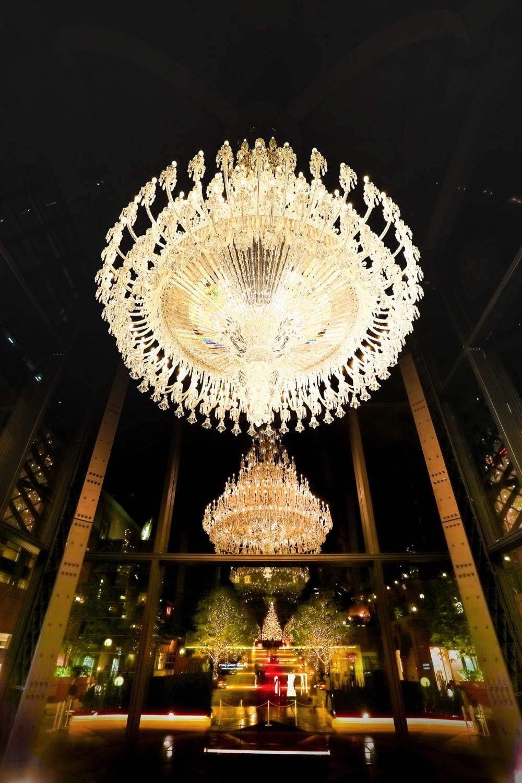 写真4 5 恵比寿ガーデンプレイスのイルミネーション2020 世界最大級 バカラシャンデリアをライトアップ イルミネーション シャンデリア クリスマスの壁紙
