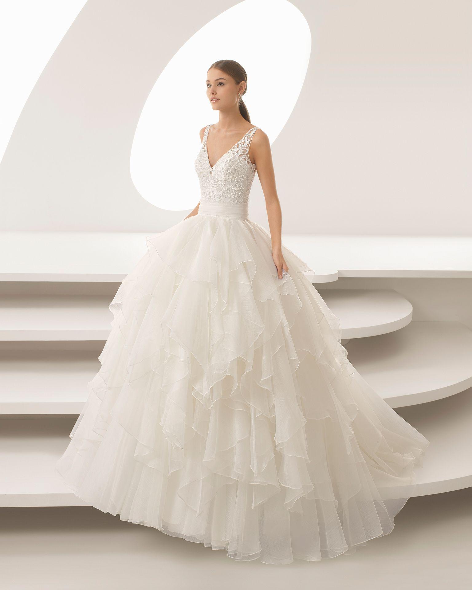 f896d4dba Vestido de novia estilo princesa de encaje pedrería y organza royal con  escote V con volantes. Colección 2018 Rosa Clará.