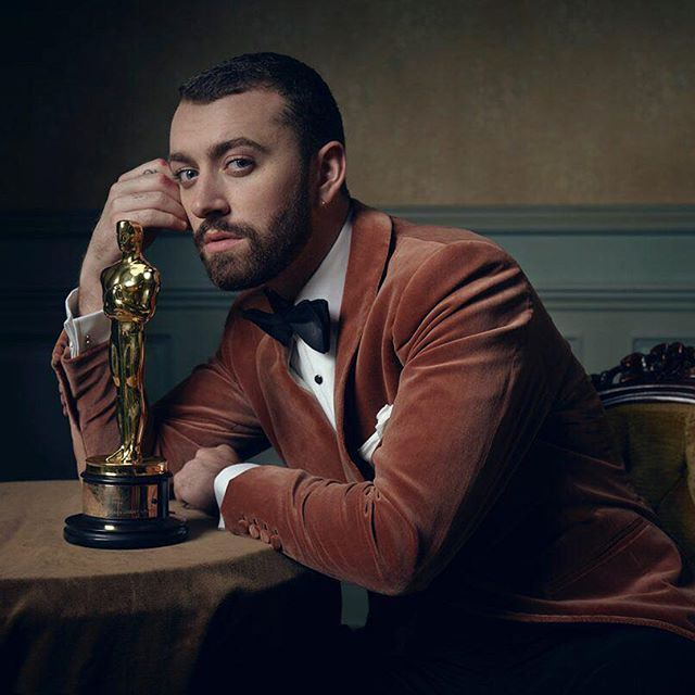 There's no writing on the walls of @markseliger's #VFOscarParty portrait studio, but @samsmithworld and his Oscar fit right in anyway. #Oscars