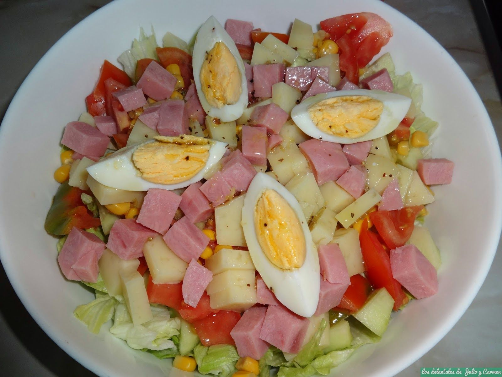 un primer plato sencillo y nutritivo ensalada mixta con