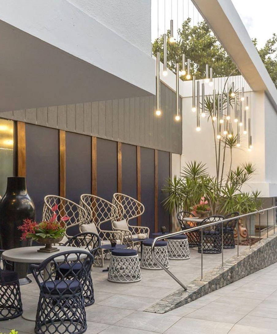 Jogo de pendentes para valorizar essa fachada! Vontade de sentar nesse terraço e curtir o fim da tarde!  Por Gianna Barretto Daniella Barretto e Valeria Simões  ______________________ Acompanhem nossos projetos no @depaulaenobrega
