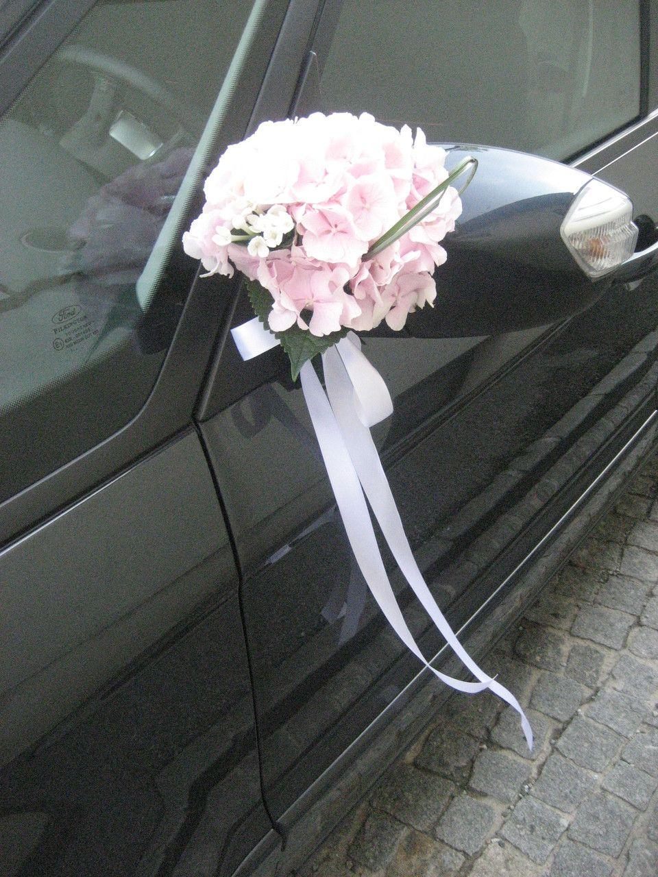 Auch die Spiegel werden mit frischen Blumen geschmckt