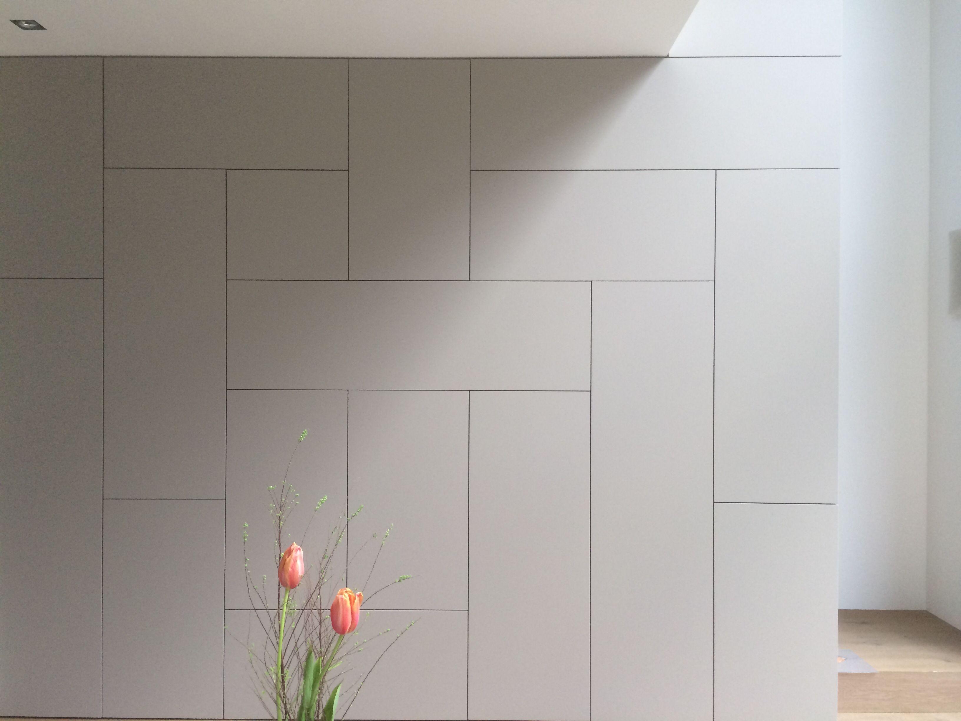 schrankwand die in lowboard als galleriebr stung bergeht treppe hinter der wand und. Black Bedroom Furniture Sets. Home Design Ideas