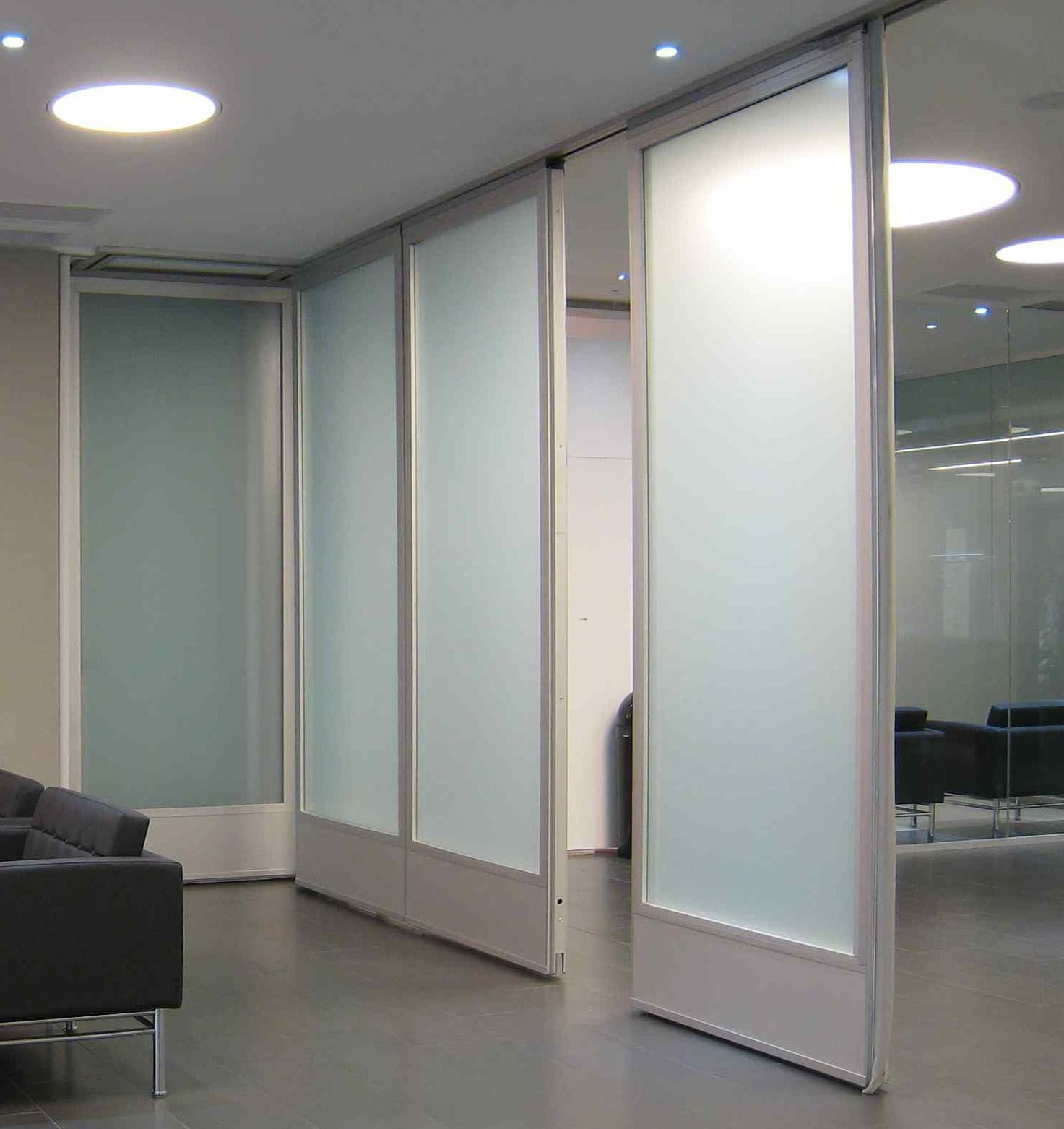 Movable glass doors glass wall hufcor work student for Retractable walls commercial