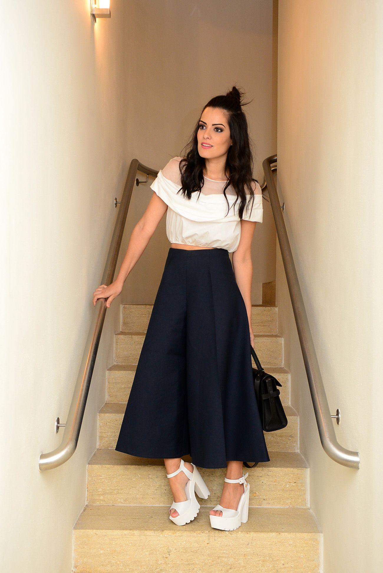63f276bf39040 Look street style bem moderno com pantacourt azul marinho e top branco  Delpozo e sandália branca de salto grosso Carmen Steffens