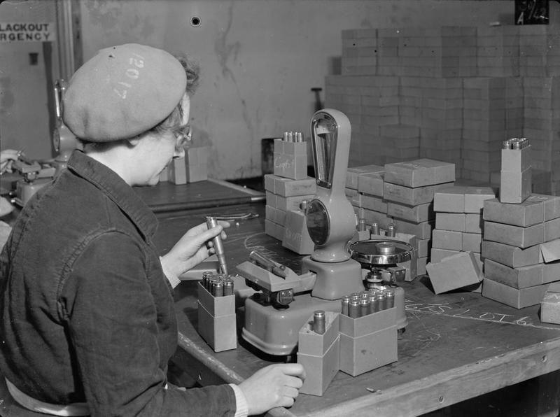 Kobiety w fabrykach zbrojeniowych podczas II wojny światowej wykonane w Wielkiej Brytanii.