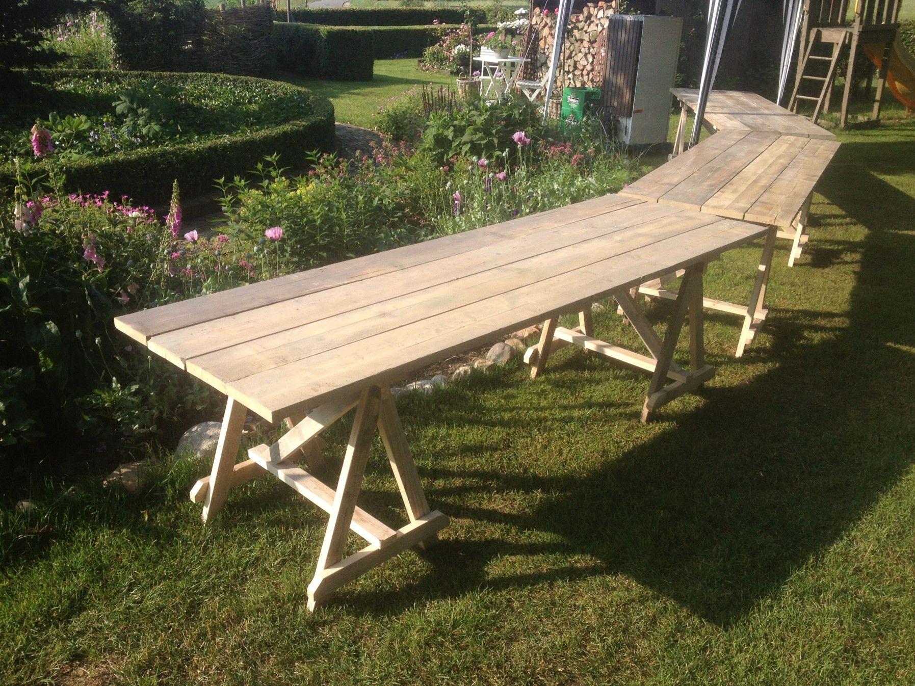 Houten tafel op schragen van gebruikt steigerhout handig als