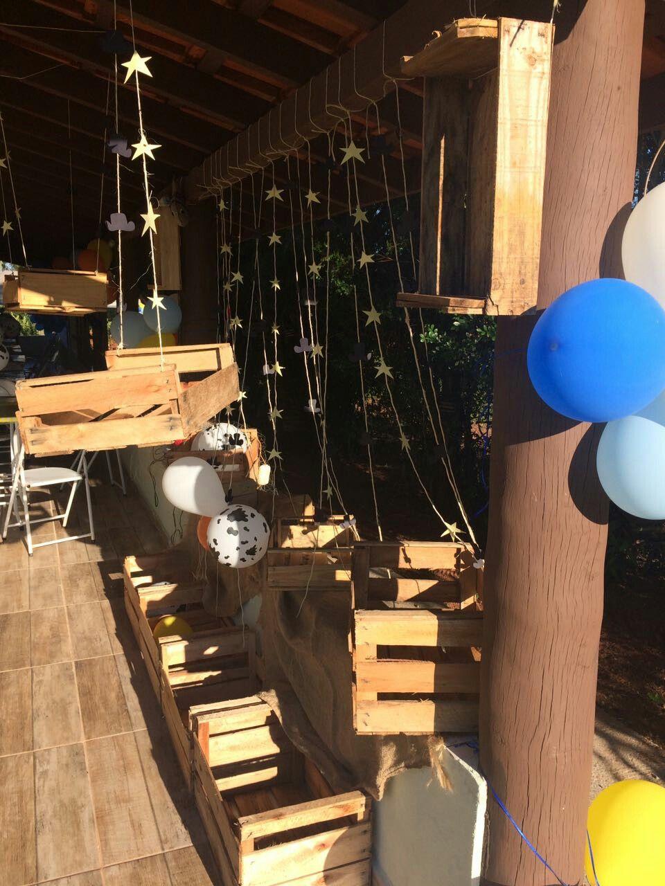 Caixas de madeira aguardando os presentes