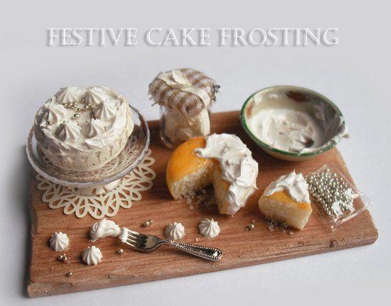 Праздничный торт глазурью борту белоснежного цвета. Minature 1.12 й масштаб куклы дом еды