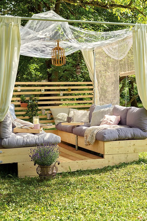 Eine Gartenlounge mit großen Liegeflächen und Himmel zum Entspannen im Garten. Die Anleitung zum Selberbauen findest Du hier. #Garten #Balkon #Terrasse #Gartenmöbel #Holz #Selbermachen #Selberbauen #DIY #Heimwerken #Gartenlounge