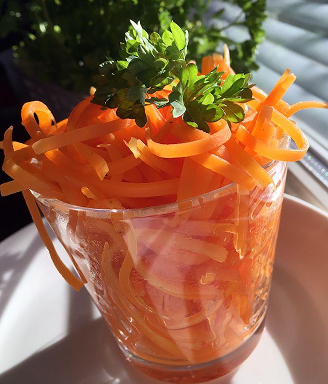 Keitettyä porkkananauhaa